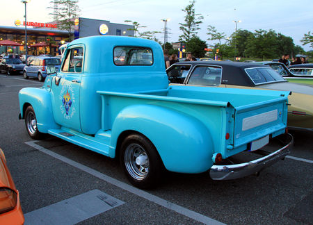 Chevrolet_pickup__1948_1953__Rencard_du_Burger_King_mai_2011__02
