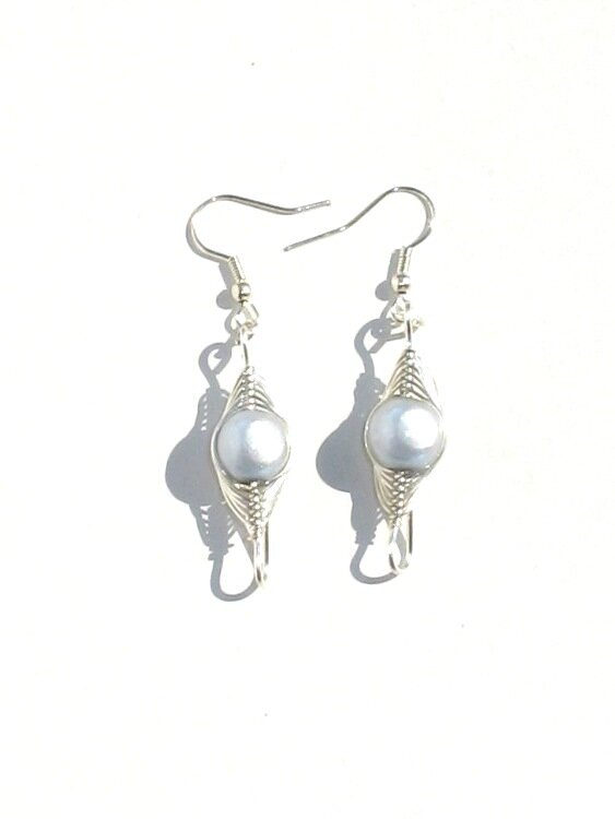 boucles d'oreiiles wire argent perle blanche face