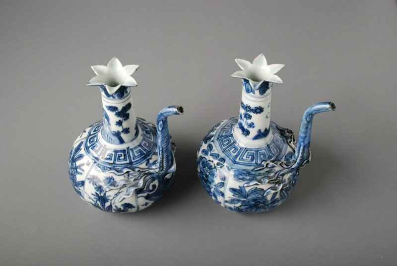 Pair of Blue and White Ewers, China, Wanli period (1573-1620). Dimensions: Height: 16.2 cm. Provenance: H.O. Collection, London (United Kingdom). Photo courtesy Vanderven Oriental Art.