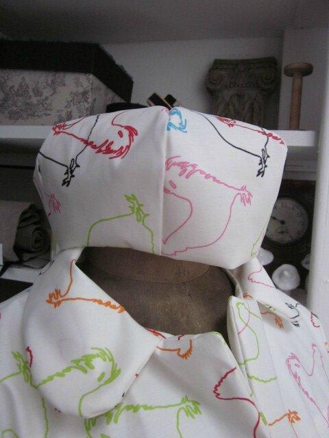 Chapeau de pluie AGATHE en coton enduit blanc cassé imprimé silhouettes de poules multicolores (1)