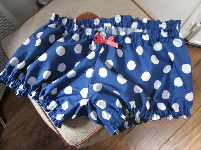 Culotte bleue à gros pois blancs et noeud contrasté