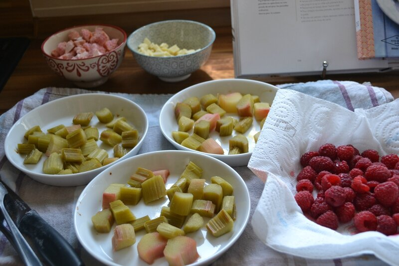 Gratin de fruits, rhubarbe, framb, choc blanc, bisc rose (1)