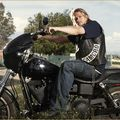 [sons of anarchy] charlie hunnam au micro !