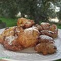 Fritelle ou petits beignets aux pommes ou aux raisins secs