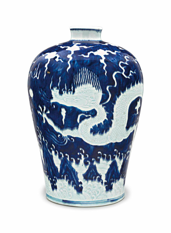 2018_NYR_16761_0604_000(a_rare_large_ming-style_blue_and_white_reserve-decorated_dragon_meipin115031)