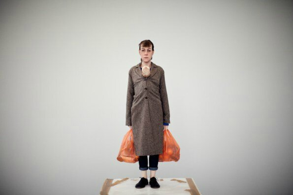 ron-mueck-woman-with-shopping-crc3a9dit-thomas-salva-lumento