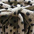 Manteau AGLAE en lainage beige à pois noirs fermé par un noeud dans le même tissu (1)