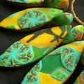 détail du collier feuillage dans les tons verts et jaunes