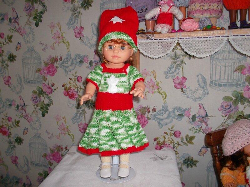 Pénélope porte une jolie robe couleurs et décos de noël avec son beau chapeau de Sylvie 1