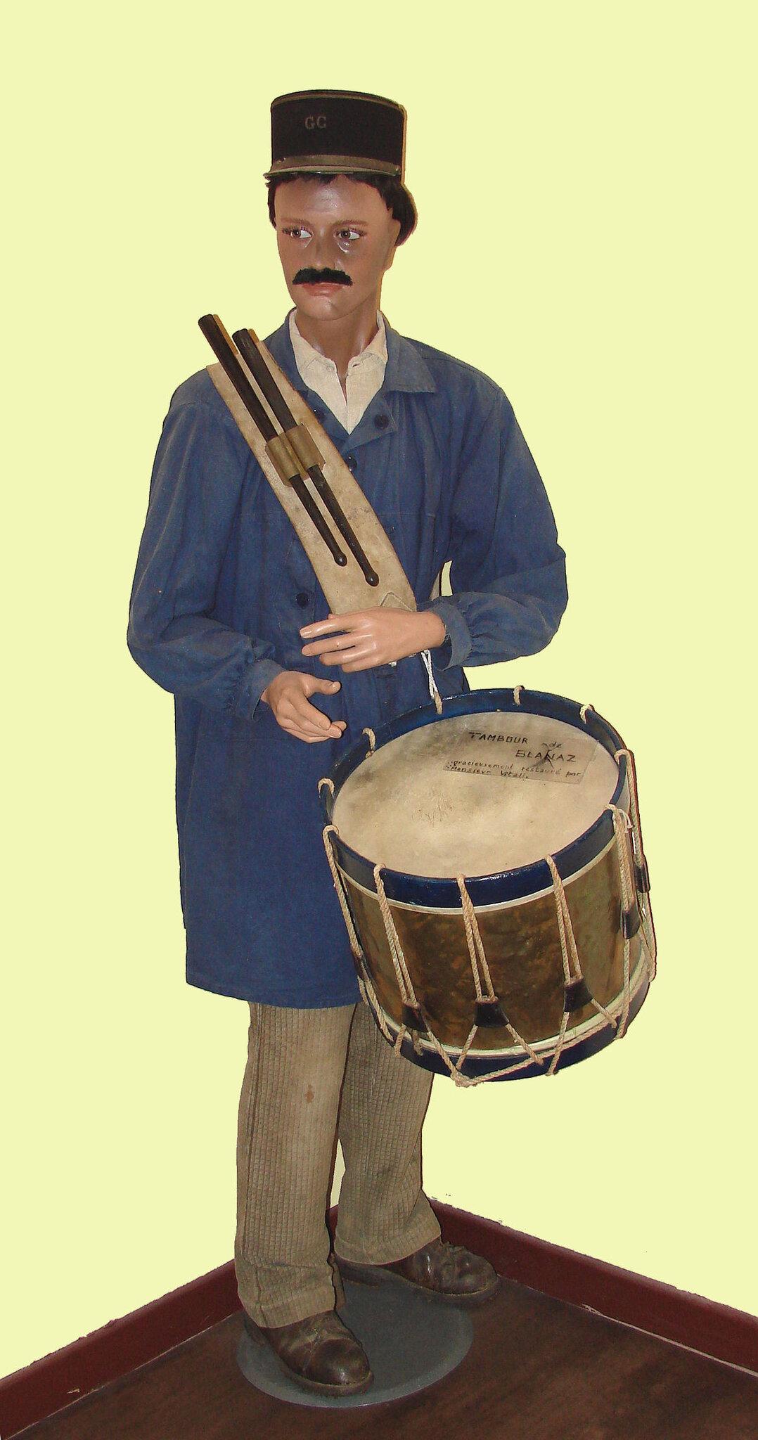 Le 12 novembre 1790 à Mamers : Habillement du tambour de ville, le citoyen Fleury et paiement de ses gages.