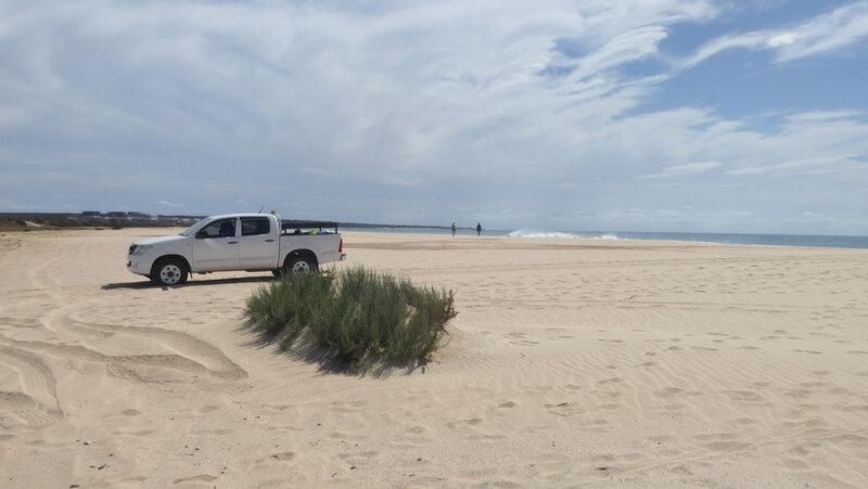 7 Notre taxi et l'équipage sur la plage