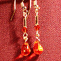 10 Boucles d'oreille en verre orange. 4 €
