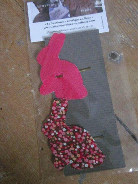 Carte de 2 pinces à cheveux LAPIN, une en lin fushia, l'autre en coton fleuri rouge