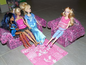 barbies discutent