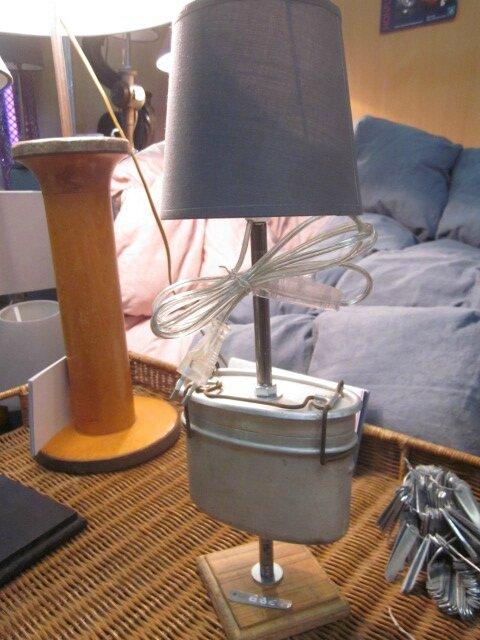 Détournement d'objet - Ancienne gamelle en fer blanc monté en lampe su socle de bois - abat-jour gris (2)