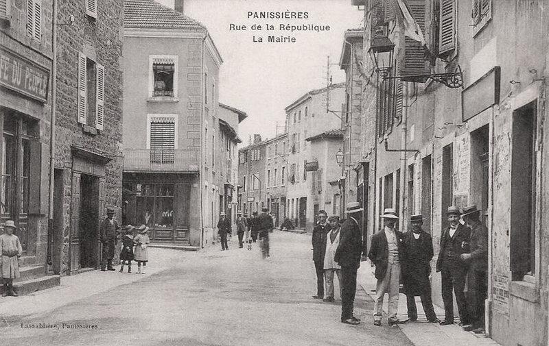 Panissières, rue de la République, mairie
