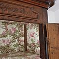 Une armoire ancienne bien garnie...