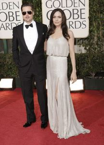 angelina_jolie_arrives_at_the_66th_annual_golden_globe_awards_10_122_1191lo