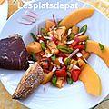 Salade d'été , melon, tomate, cecina - viande de bœuf séché de léon, espagne