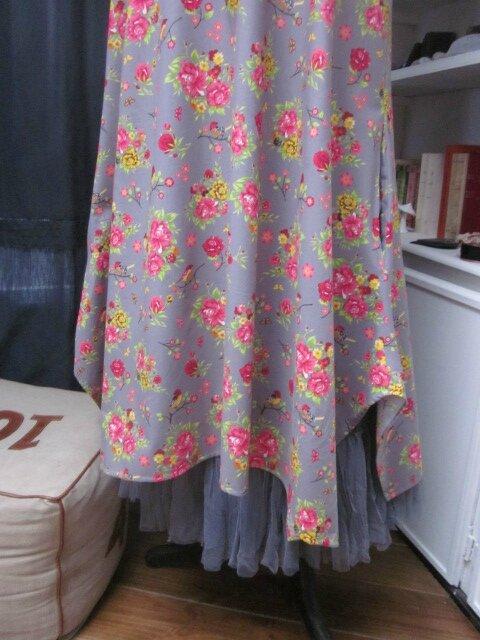 Robe EUPHRASIE en coton gris imprimé fleur et oiseaux rose vert et jaune (7)