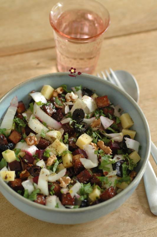 Salade endive, betterave, tofu amande & sésame laqué, comté, olive noire, noix & Gomasio_2