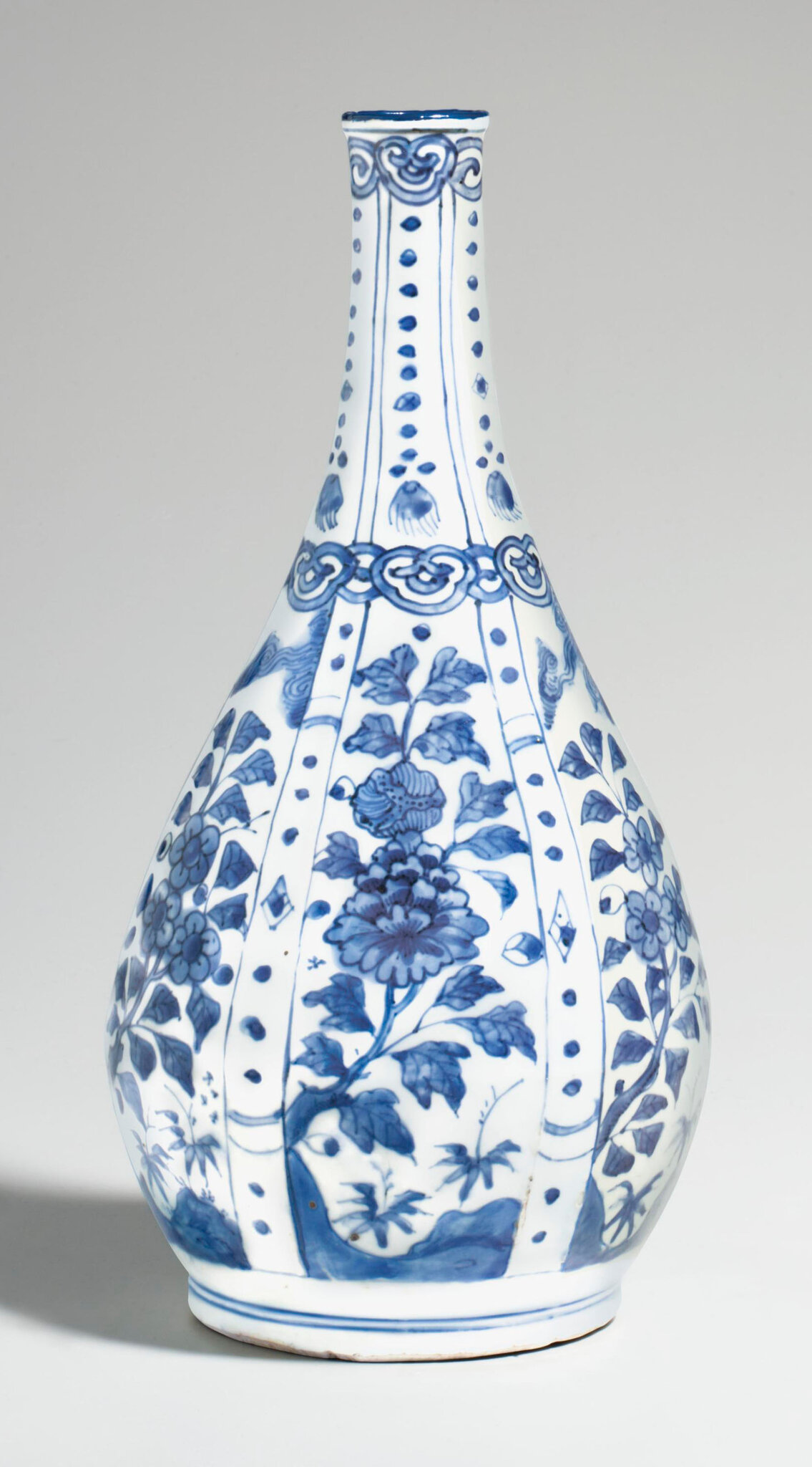 A blue and white 'Kraak' bottle, Wanli period (1573-1619)