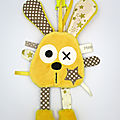 Doudou lapin attache tétine jaune marron