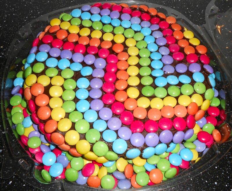 gateau-smarties-arc-en-ciel-couleurs-anniversaire-enfant-enfants-rigolo-simple-facile-chocolat-idée-décoration (1)