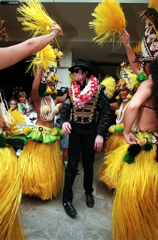michael-makes-a-stop-in-honolulu-hawaii-during-his-history-world-tour(103)-m-3