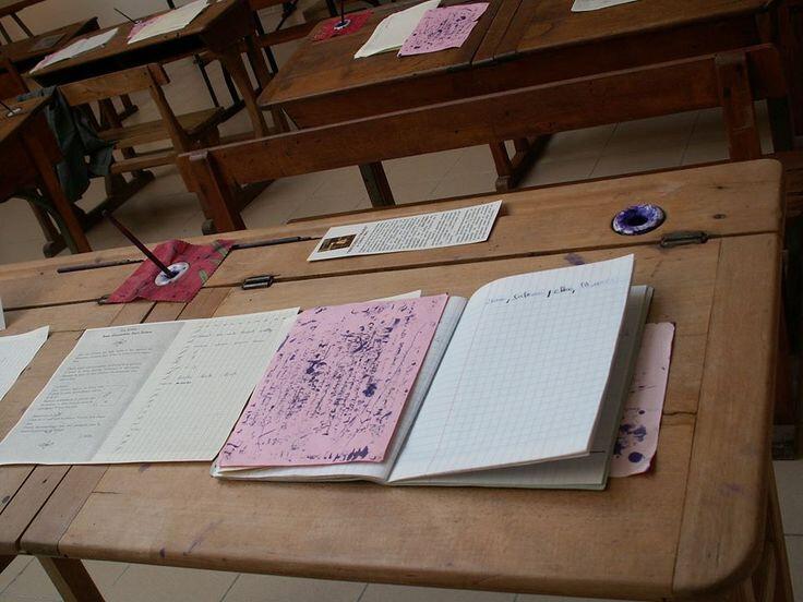 salle de classe banc table chier ouvert buvard avec traces d'encre violette