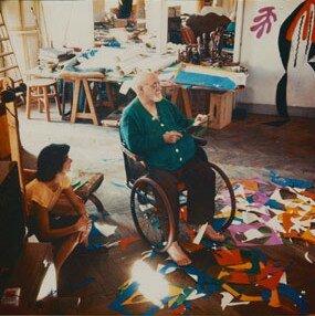 henri Matisse, malade et découpant des morceaux peints.