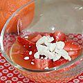 Soupe d'orange, fraise et cardamome, éclat de meringue