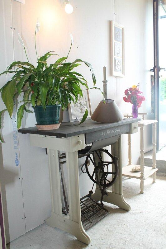 table de machine coudre avant relookage l 39 atelier patatin. Black Bedroom Furniture Sets. Home Design Ideas