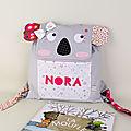 Sac à dos bébé personnalisé prénom Nora sac koala gris rose poudre fuchsia cadeau naissance anniversaire enfant
