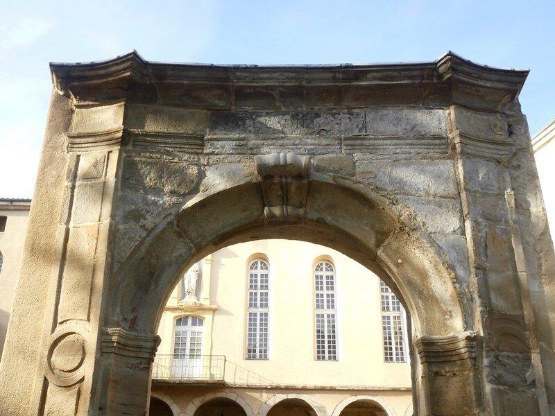 porte de l'Hôtel-Dieu 5 mai 2014 (1)