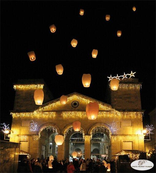 LECTOURE_nuits_de_lumiere_lacher_de_lanternes_thai_devant_la_Halle_aux_grains_