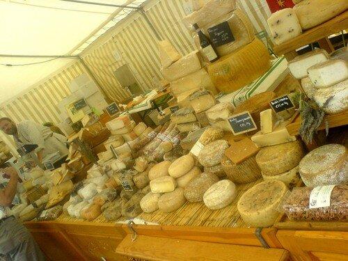 un superbe stand de fromages