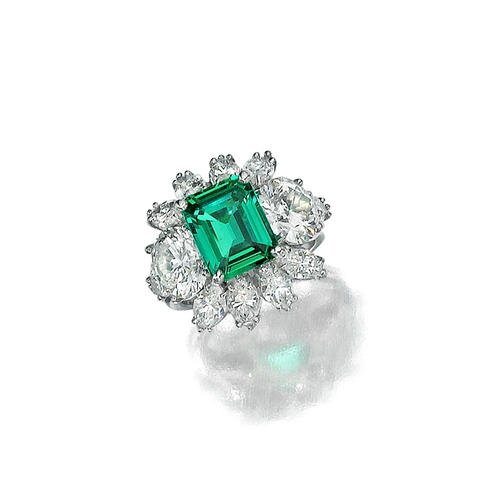 An emerald and diamond ring lot164
