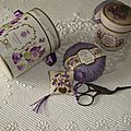 accroche-ciseaux violettes