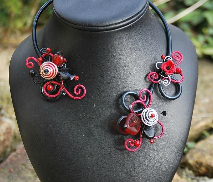 collier ouvert rouge et noir 30 euros