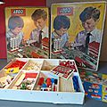 Lego, le coffret 810 (set 810) ! la boîte des années 60 la plus complète... et deux plans de ville en carton...