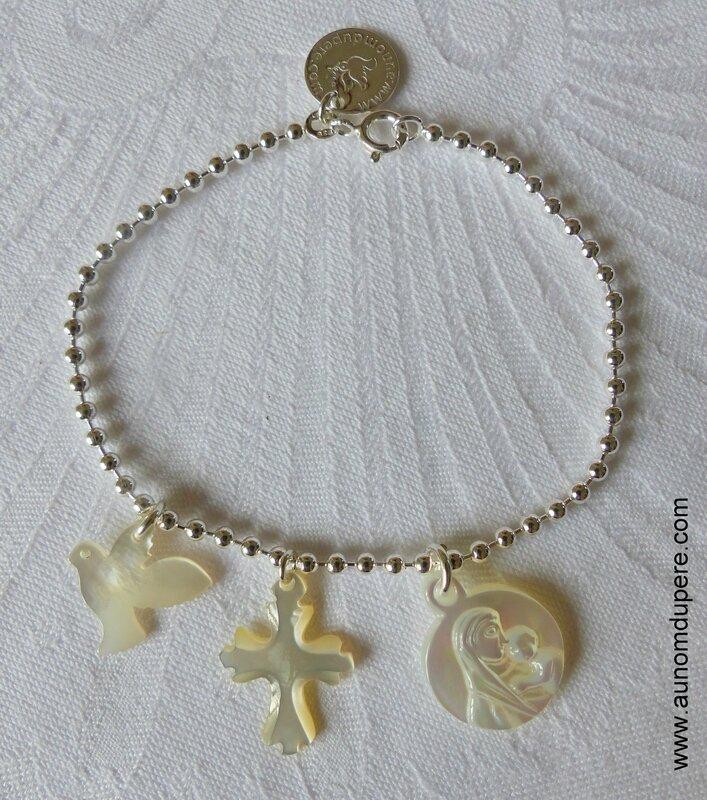Bracelet sur chaîne perles argent massif avec une colombe en nacre, une Croix en nacre de Jérusalem et une médaille de Vierge à l'Enfant en nacre - 66 €