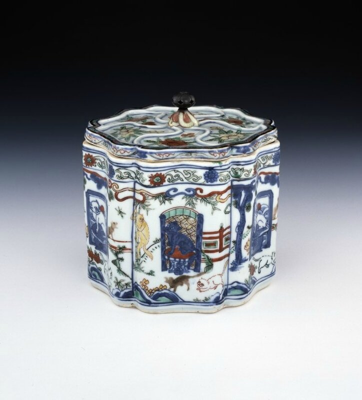 Lobed porcelain box and cover with underglaze blue, 'wucai'-style polychrome enamels and a silver knob, Ming dynasty, Wanli mark and period (1573-1620)