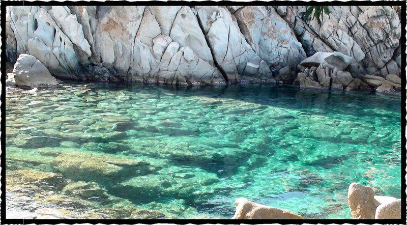 Grotte, illuminée sur un fond de dalles épurées...