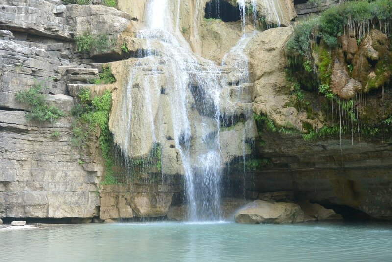 Jolie cascade et piscine naturelle