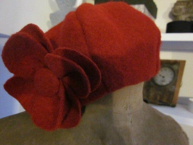 Chapeau AGATHE en laine bouillie rouge avec fleur - doublure de coton rouge à fleurettes blanches (5)