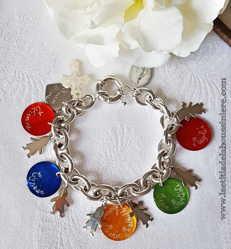 Bracelet personnalisé sur chaîne plaqué argent composé de médailles en nacre gravées et pendentifs nacre et argent massif
