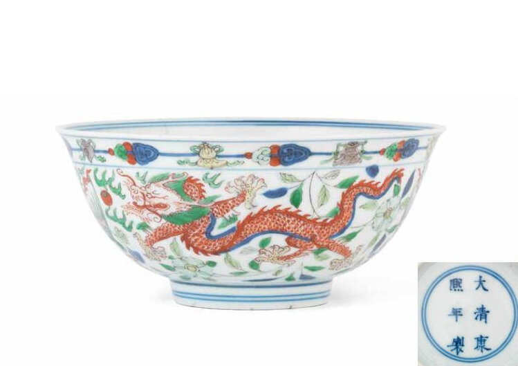 A wucai 'dragon and phoenix' bowl, Kangxi six-character mark and of the period (1662-1722)