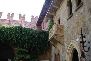 2006_10_29_06_39_20_Balcon_de_la_maison_de_Romeo_et_Juliette_a_Verone