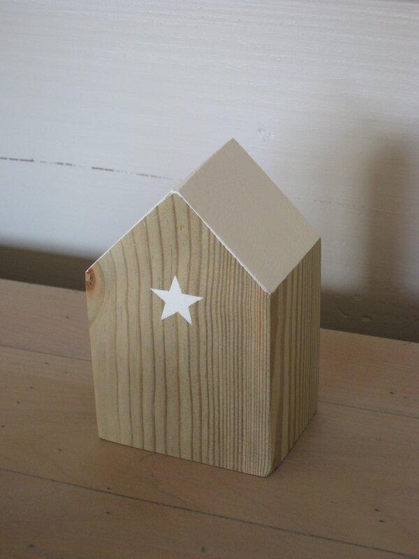 petite maison bois environ 10 cm de hauteur 8€